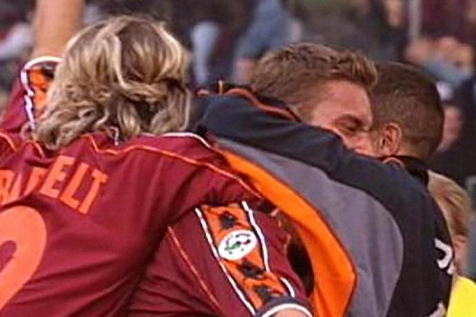 Totti festeggi con alcuni compagni dopo il gol del 2-1 finale.