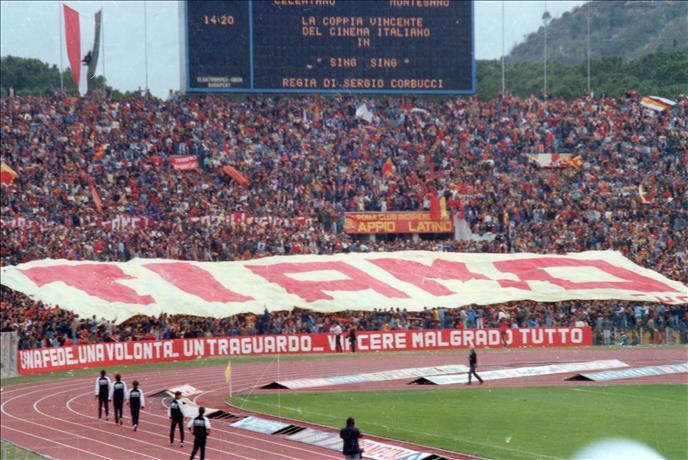 """Lo striscione """"TI AMO"""" esposto nel derby del 1983."""